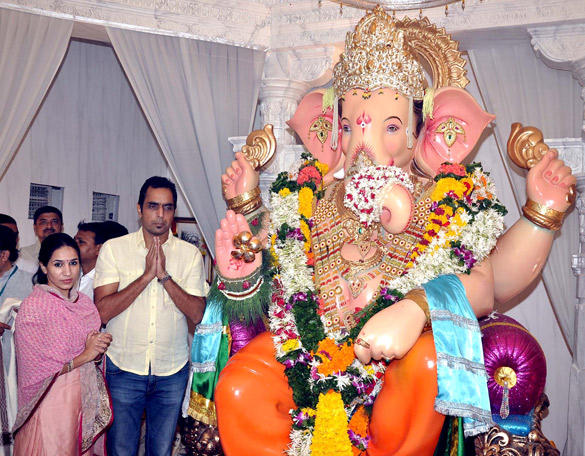 Vishwajeet and Sonalika Visit Andheri Cha Raja In Mumbai