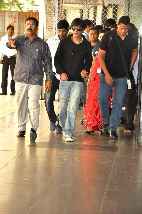 Shahrukh Khan Stopped by Customs at Mumbai Airport