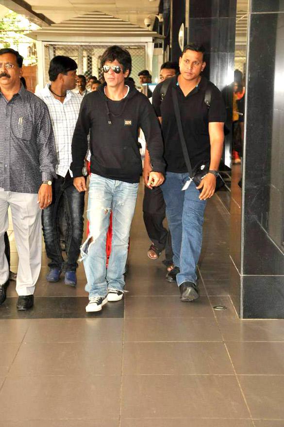 Shahrukh Spotted At Mumbai International Airport Returning From London