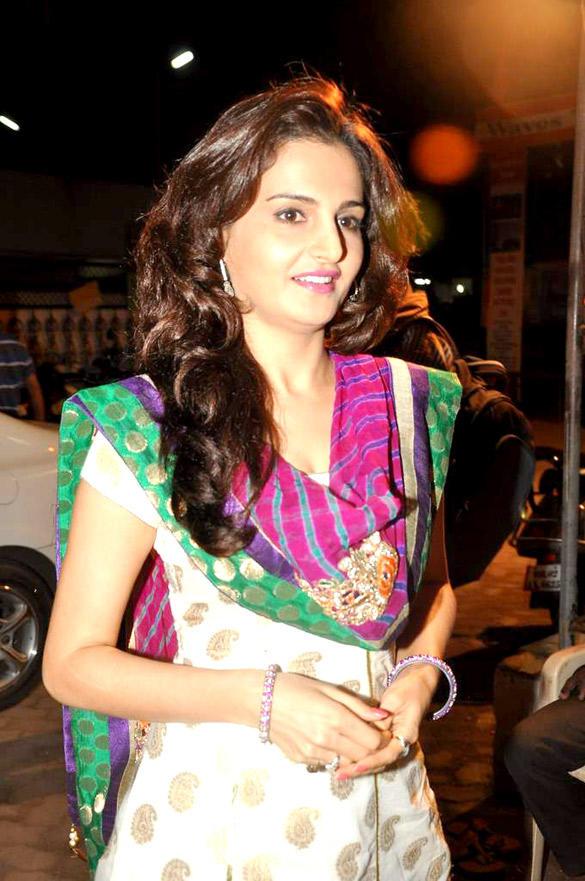Gorgeous Monica Bedi Visits Andheri Cha Raja Ganpati Pandal in Mumbai