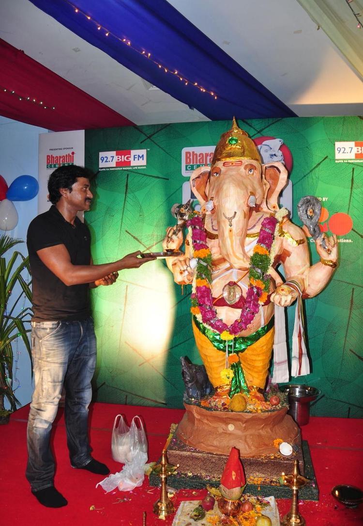 Telugu Actor Sunil Performs Aarthi for Big Green Ganesha 2012 in Prasads Imax Hyderabad
