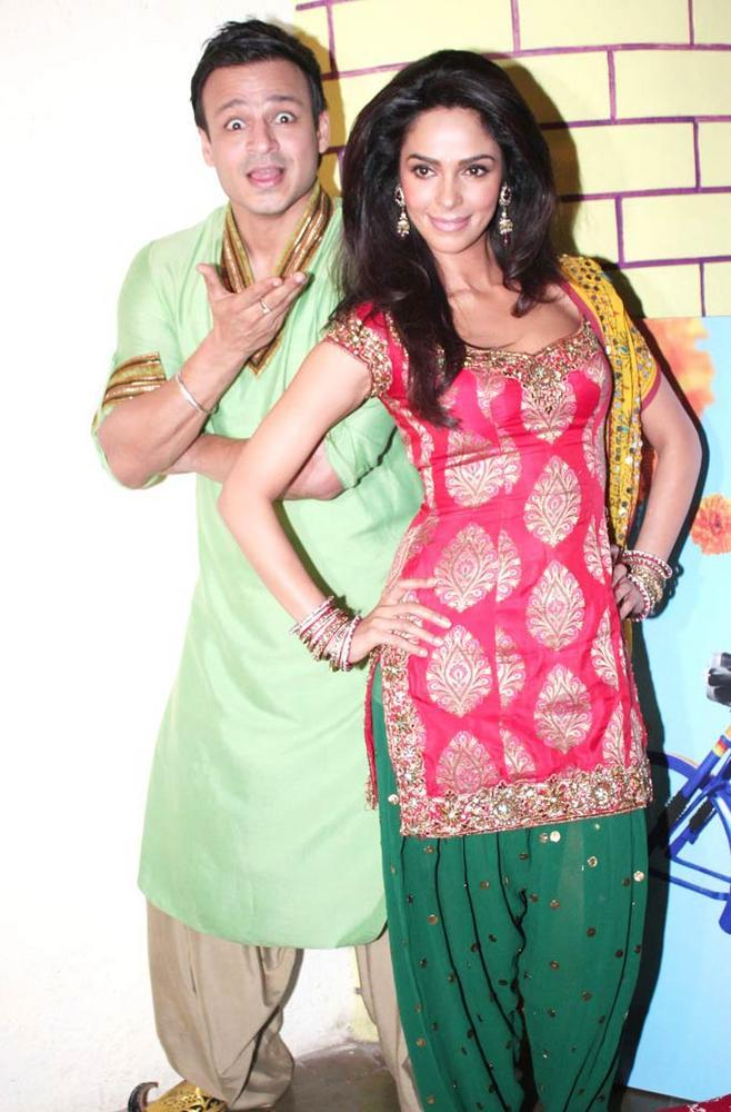 Vivek and Mallika At A Dhaba To Promote KLPD