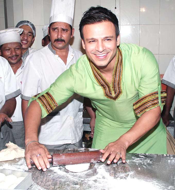 Vivek Oberoi Rolling Rotis For Promote Their Upcoming Film KLPD