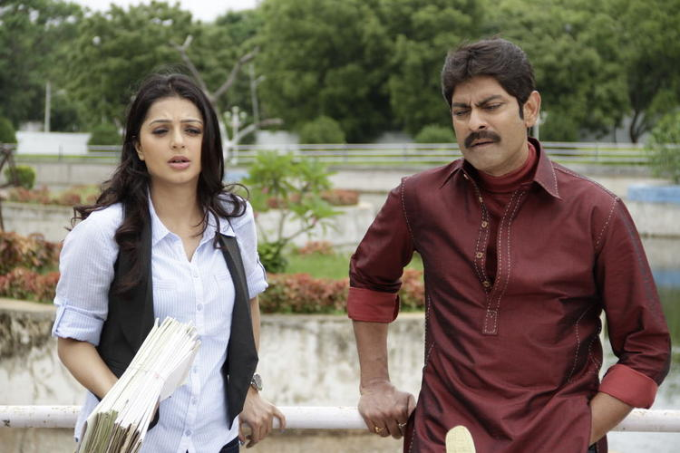 Bhumika and Jagapathi A Still From The Movie April Fool