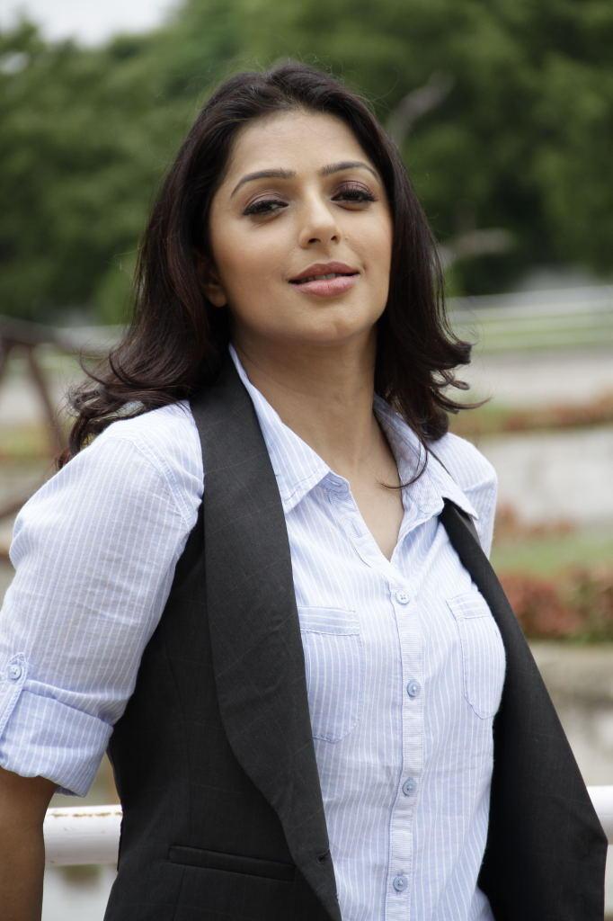 Bhumika Chawla Sexy Journalist Still in April Fool Movie