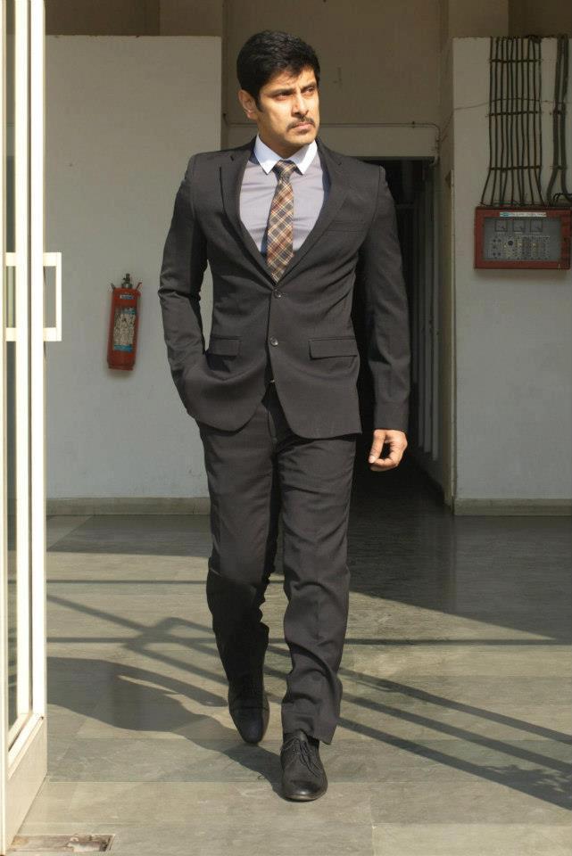 Vikram Looking Very Handsome In Thandavam