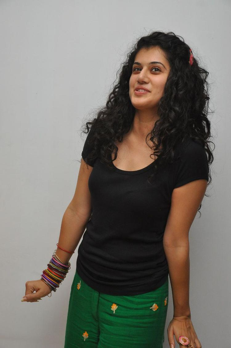 Taapsee Pannu Cute Pose During Gundello Godari Pre Release Press Meet
