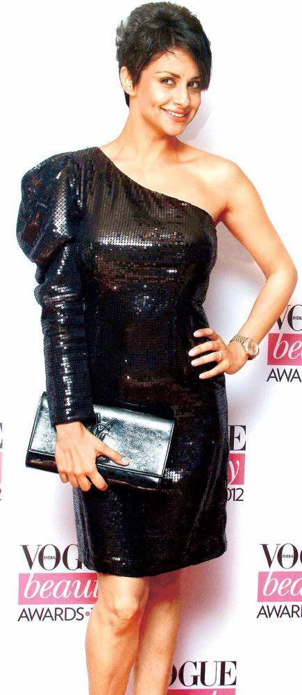 Glamour Girl Gul Panag Kept A Black Shiny Clutch With Black Dress