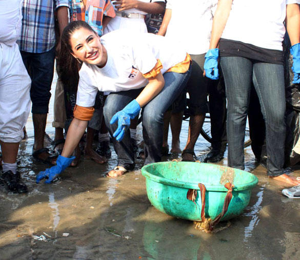 Nargis Fakhri Cute Stunning Face Still at DNA Clean Up Drive Event