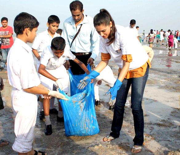Nargis Fakhri With Students at DNA Clean Up Drive Post Ganpati Visarjan