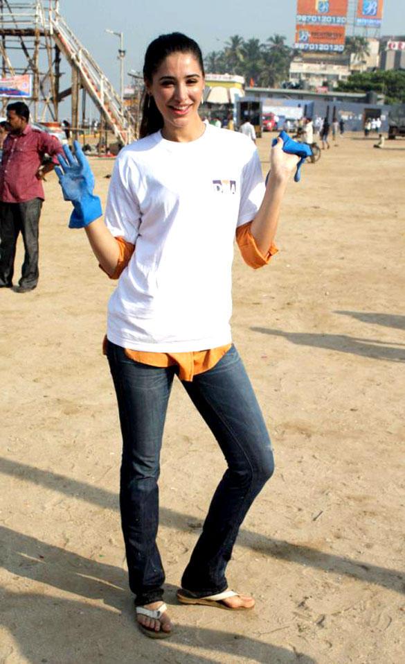 Nargis Fakri at DNA Clean Up Drive at Juhu beach