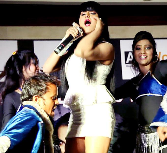 Hottie Veena Malik Gave A Fab Performance Clad In White Miniskirt