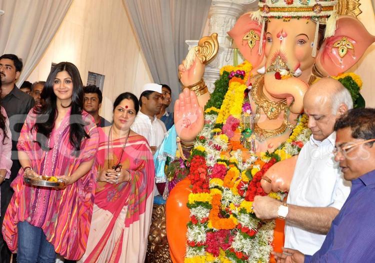 Shilpa And Her Mother Sunanda Shetty Visits In Andheri Cha Raja Ganpati