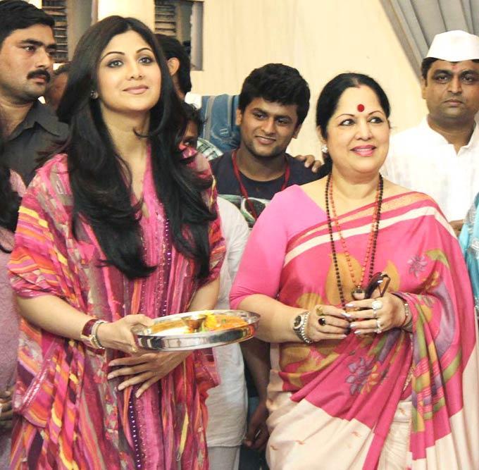 Shilpa Shetty With Her Mom At The Andhericha Raja Ganesh Idol