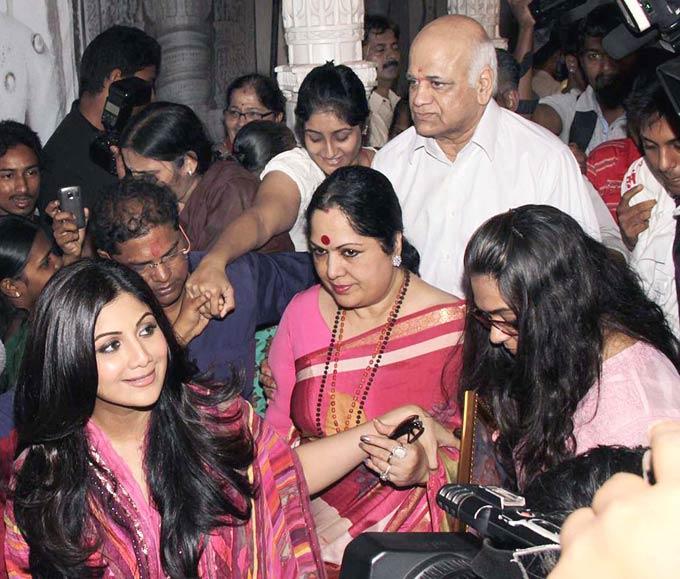 Shilpa Shetty Meet Their Fans At The Andhericha Raja Ganesh Idol