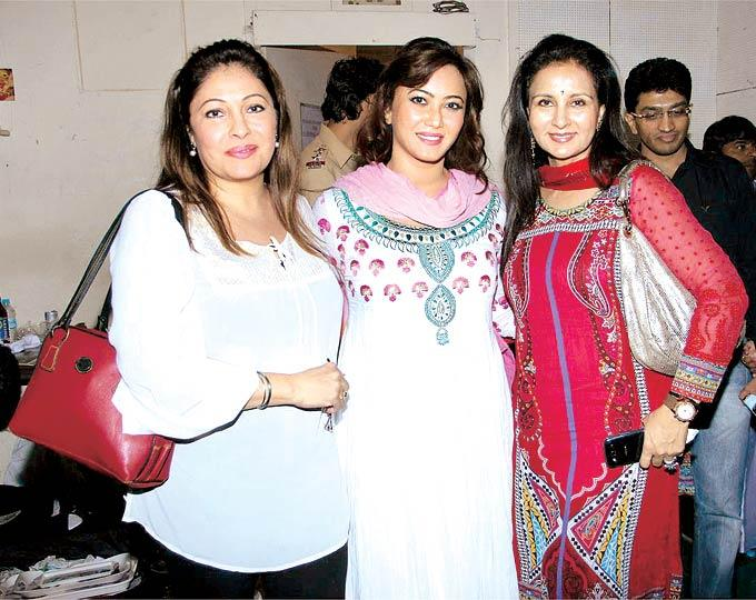 Kavita Kapoor,Nausheen Ali Sardar And Poonam Dhillon Smile For The Camera