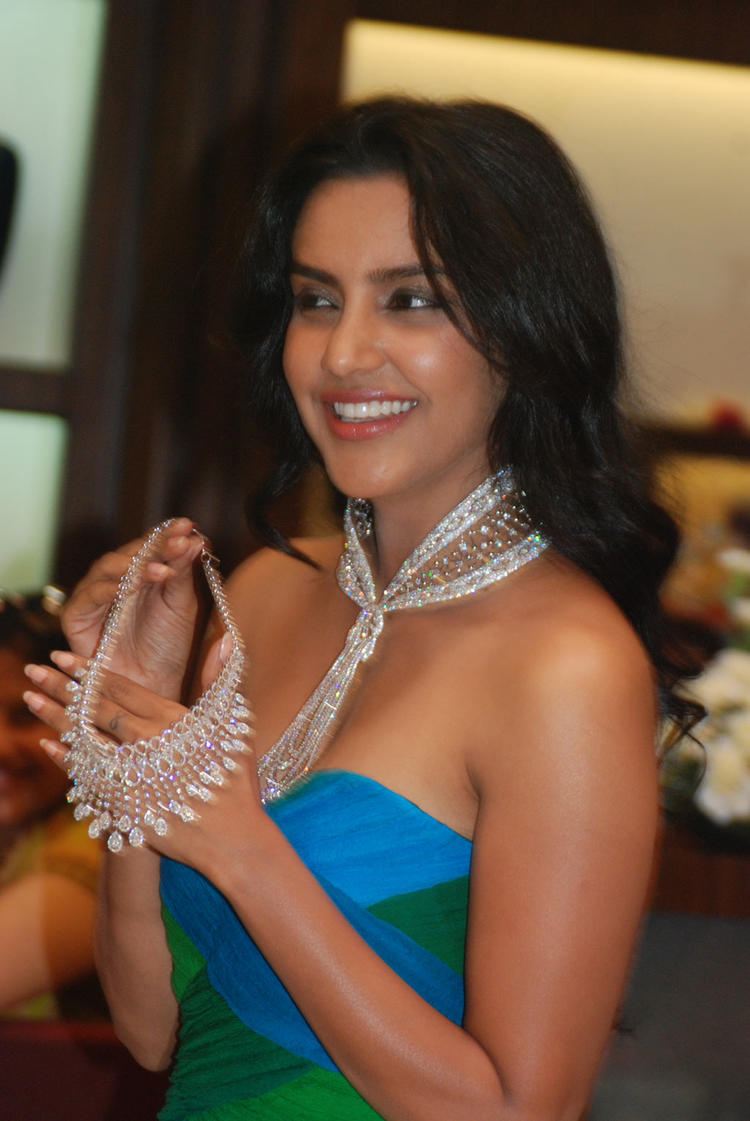 Actress Priya Anand Showcases Forevermark Collections