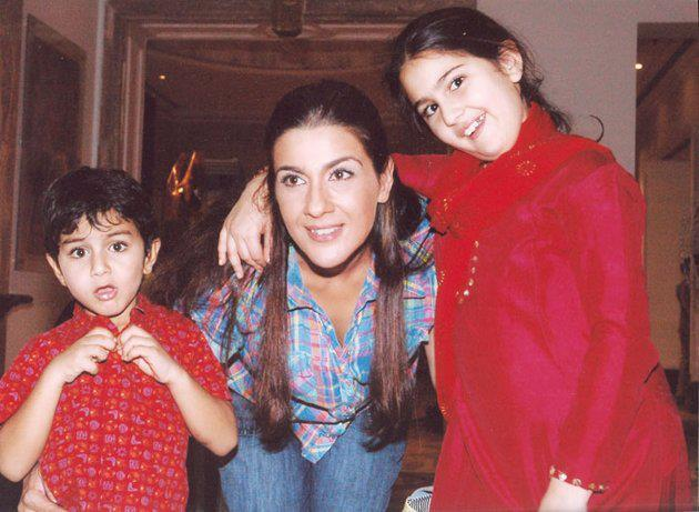 Saif First Wife Amrita Singh Nice Pic With Her Kids