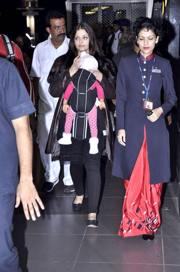 Aishwarya and Aaradhya Return From Chicago