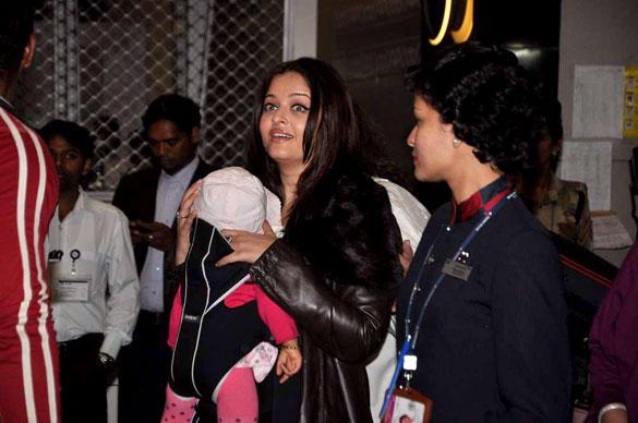 Aishwarya And Daughter Aaradhya Spotted at The Mumbai International Airport