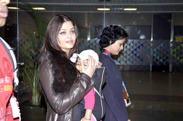 Aishwarya Rai Bachchan snapped with Aaradhya Bachchan at the airport