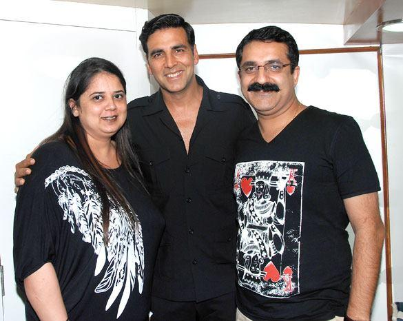 Akshay Kumar Pose With Winner Of The Contest