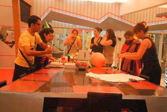 Contestants Are Arranged Birthday Party For Niketan