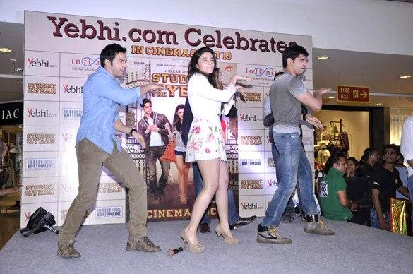Siddharth,Varun And Alia Dancing On The Stage