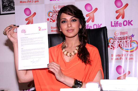 Sonali Shows The Petition Paper At Promotional Event Of Hindustan Ke Hunarbaaz