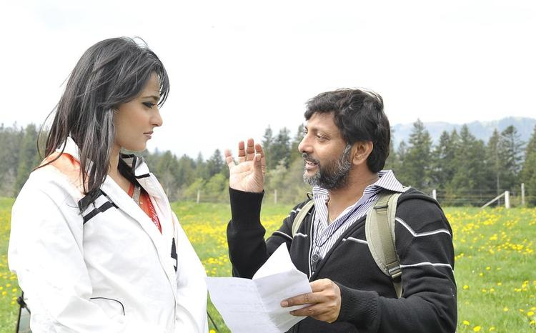 Director Srinivas Talking About The Film To Anushka On The Sets Of Damarukam