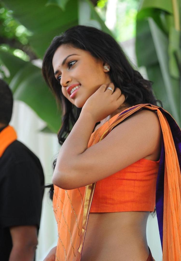 Amala Paul Cute Sexy Pose Photo At Opening Event Of  Iddarammayilatho