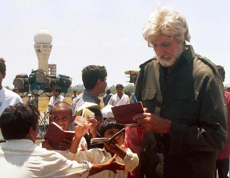 Amitabh Bachchan Gives Autograph To His Fans
