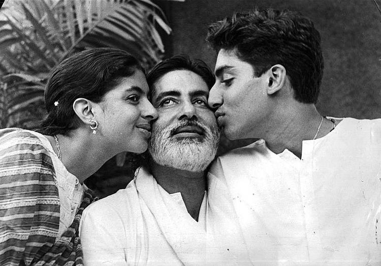 Amitabh With His Son Abhishek And Daughter Shweta Nice Photo