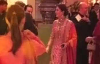 Kareena Smiling Still At Wedding Reception At Delhi