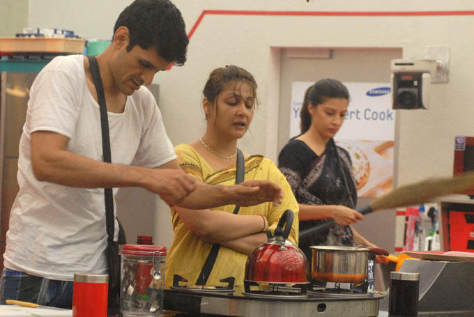 Niketan,Sana And Urvashi In The Kitchen At Bigg Boss House 6