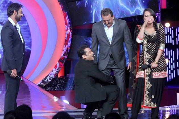 Salman,Sanjay,Ajay And Sonakshi Still While Snju Lifts Baba