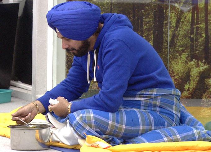 Navjot Singh Sidhu Eating Pose In The Bigg Boss House