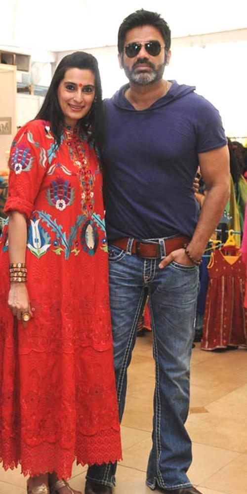 Sunil Shetty With Wife Mana At Mumbai Socialites Araish Exhibition