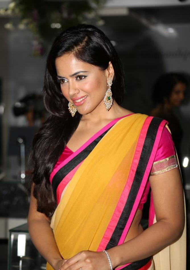 Sameera Reddy Beautiful Saree Photo
