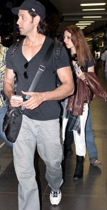 Hrithik With Wife Suzanne Photo Clicked  At Mumbai Airport