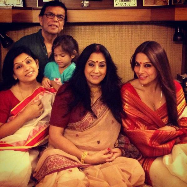 Bipasha Basu With Family In Kolkata For Durga Puja