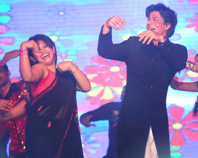 Shahrukh Khan Dances With A Fans At The Vashi Durga Puja