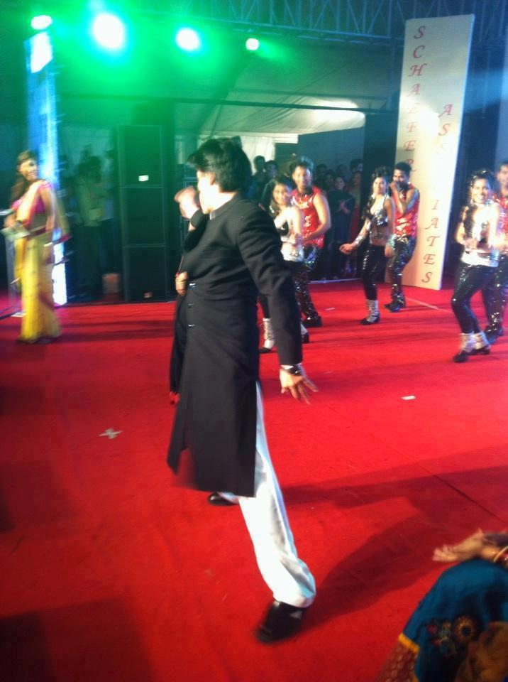 Shahrukh Khan Dances At The Vashi Durga Puja