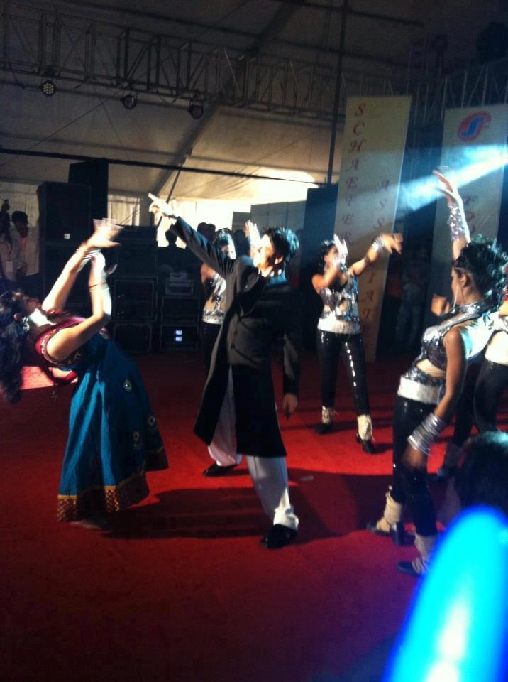 Superstar Srk Performs With Fans At Durga Puja At Mumbai's Vashi
