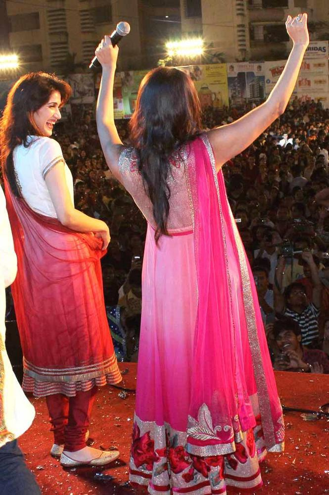 Sagarika And Neha Address The Crowd At Falguni Pathak's Navratri Event