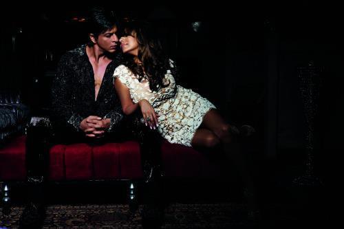 Shahrukh Khan With Wife Gauri Romantic Still