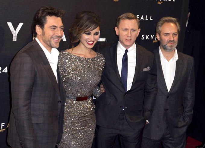 Javier,Berenice,Daniel And Samuel Posed For Camera At Royal Premiere Of Skyfall