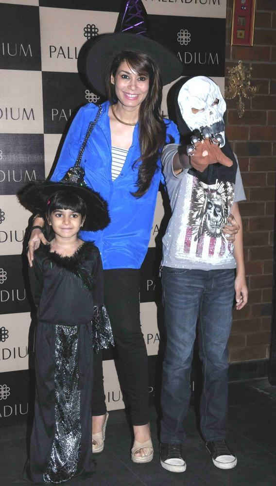 Shaheen With Kids Posed For Camera At Get Spooked Bacha Party