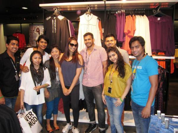 Bipasha Basu With The Store Team Clicked A Photo At Vero Moda India Store