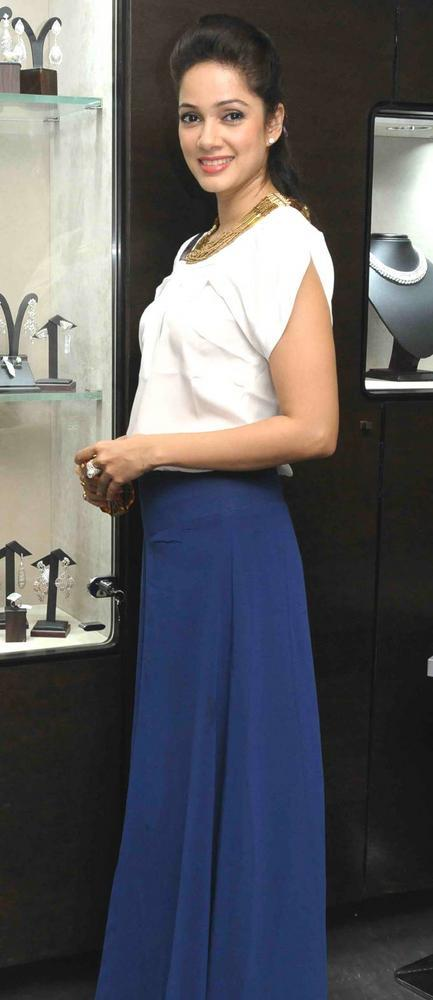 Vidya Malvade Pose For Camera At Begani Jewels Store Launch